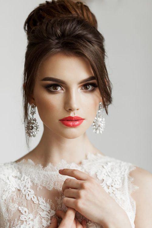 Czerwone usta makijaż ślubny