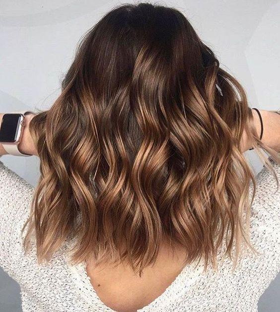 Ciemne włosy do ramion