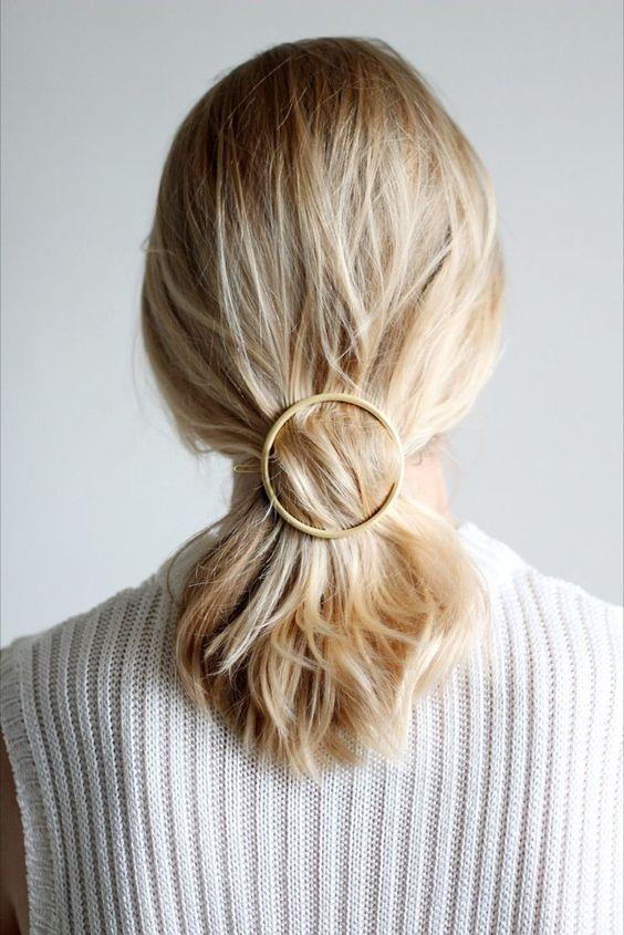 Spięte blond włosy