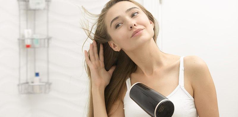 Czy prostowanie i suszenie niszczy włosy