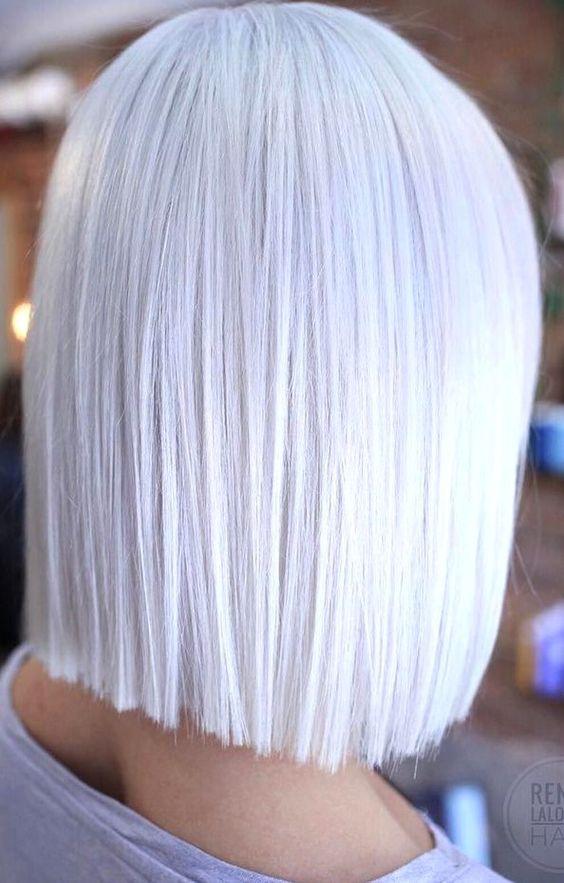 Białe włosy średniej długości