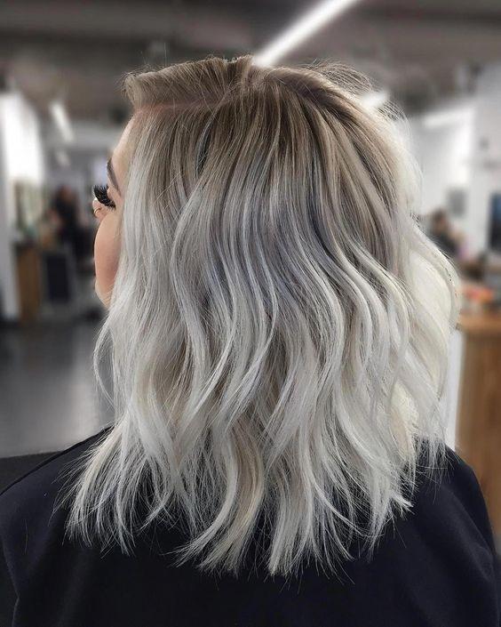 Cieniowane szare włosy