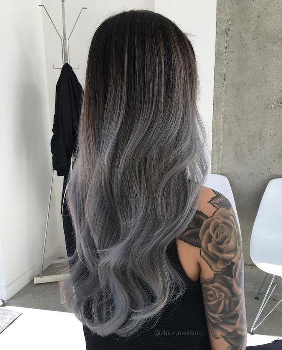 Długie ciemnoszare włosy