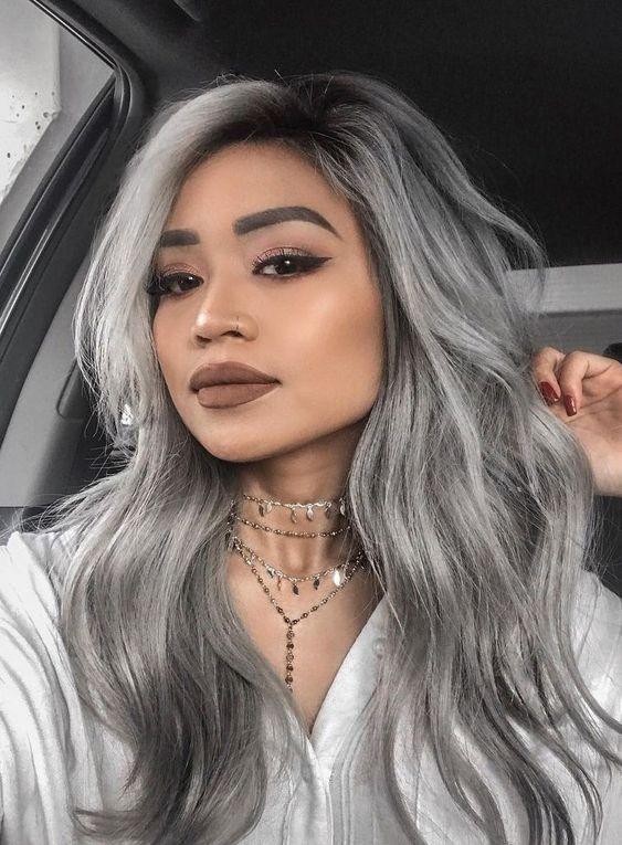 Inspiracje na ciemnoszare włosy