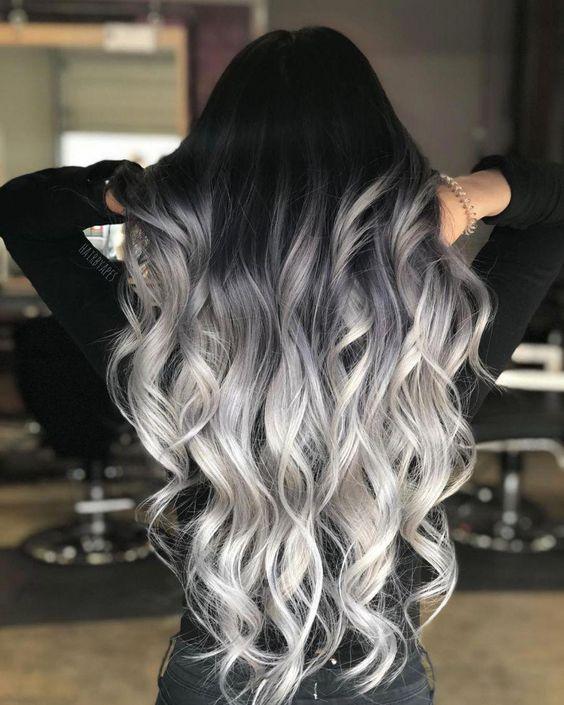 Kręcone ciemnoszare włosy