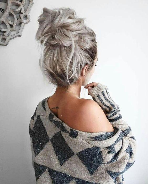 Spięte szare włosy