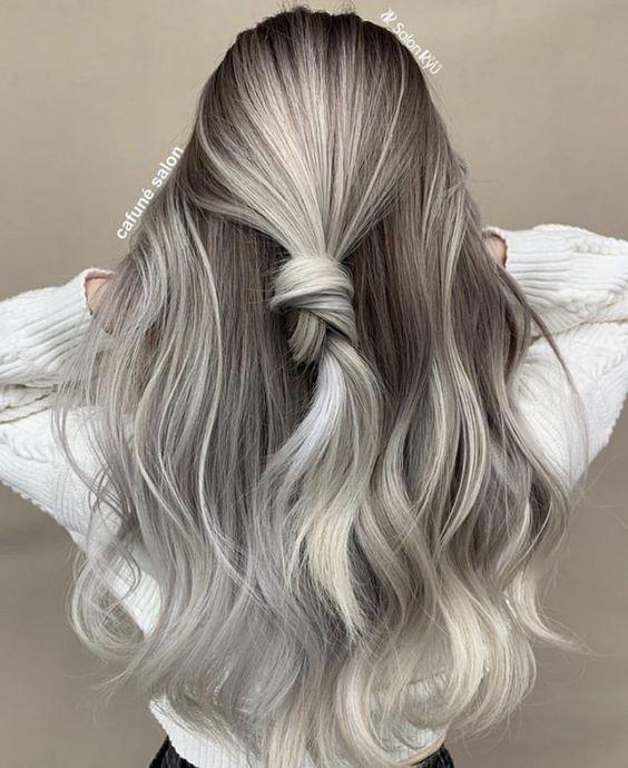 Szare włosy z warkoczem
